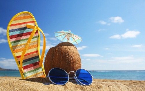 zomer-vakantie-achtergrond-2013-met-zee-strand-kokosnoot-slipper-en-zonnebril%5B1%5D.jpg